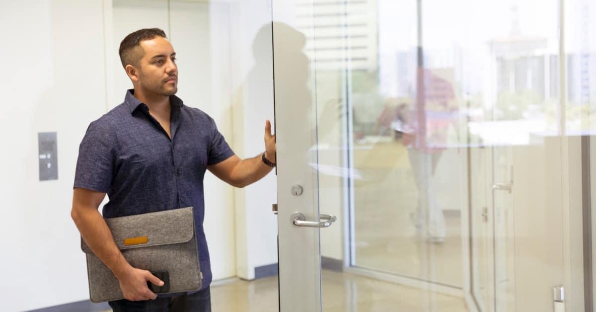 limpiar las puertas de la oficina